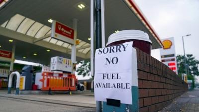 Βρετανία: Γιατί κάλεσαν Γερμανούς οδηγούς χωρίς δίπλωμα να οδηγήσουν βυτιοφόρα – Αμβλύνονται οι ελλείψεις σε καύσιμα