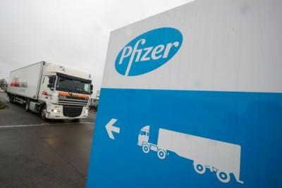 ΕΕ: Υπό άκρα μυστικότητα η μεταφορά των εμβολίων των Pfizer-BioNTech - Συγκινημένη η πρόεδρος της Κομισιόν