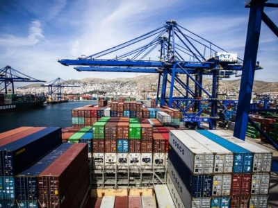 Πώς η τιμή μεταφοράς ενός κοντέινερ μεταξύ Ασίας και Ελλάδας έφτασε στα 6.500 δολ. από 1.500 δολάρια.