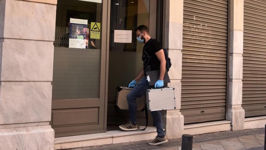 Ληστεία στο κέντρο της Αθήνας: Δέκα προσαγωγές για την εισβολή στην τράπεζα, 13.000 ευρώ η λεία