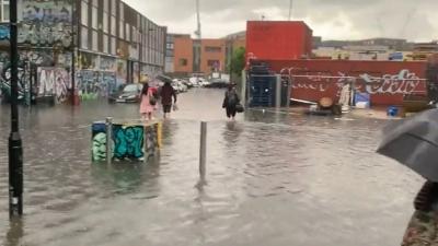 Πλημμύρες στο Λονδίνο λόγω καταρρακτωδών βροχών - Οι δρόμοι έγιναν ποτάμια