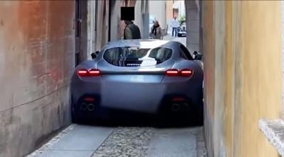 Μια Ferrari Roma σφήνωσε σε στενό της Ρώμης