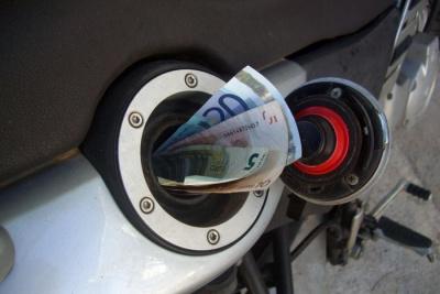 Πανάκριβη παραμένει η βενζίνη για τους Έλληνες, παρά την υποχώρηση των τιμών διεθνώς