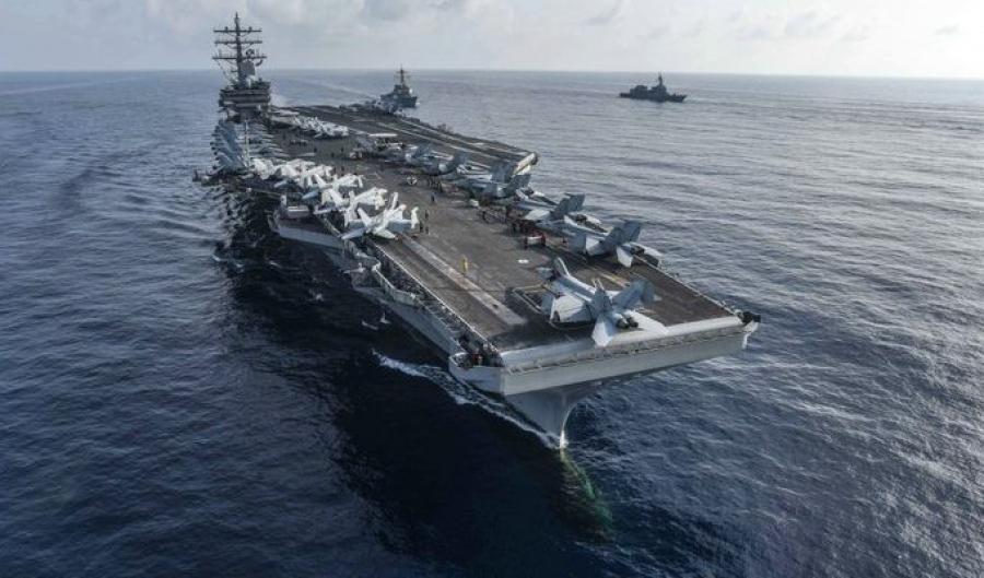 Αμερικανικό αεροπλανοφόρο και η δύναμη κρούσης του πλέουν στη Νότια Σινική Θάλασσα