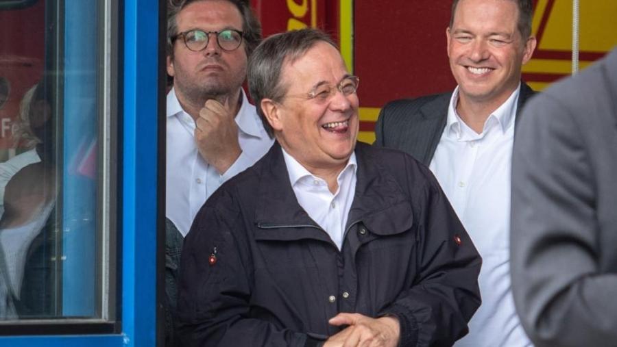 Σάλος με τον Laschet στη Γερμανία – Εμφανίζεται να γελάει μπροστά στους πλημμυροπαθείς