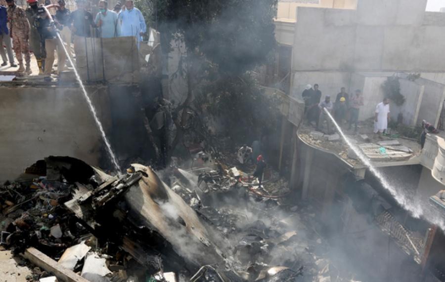 Δύο επιζώντες από το αεροπορικό δυστύχημα στο Πακιστάν - Τουλάχιστον 97 οι νεκροί