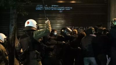 Καταγγελία για αστυνομική βία: ΜΑΤ χτύπησαν δικηγόρο επειδή διαμαρτυρήθηκε για κακοποίηση διαδηλωτή