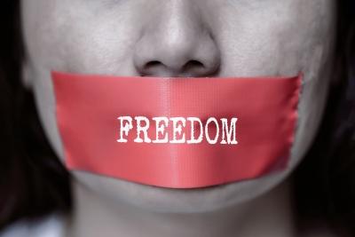 Οι κυβερνήσεις εκμεταλλεύτηκαν την πανδημία για να φιμώσουν την ελεύθερη έκφραση - Κύμα παραπληροφόρησης