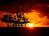Τι κρύβεται πίσω από την πτώση του πετρελαίου; Πανικός και γεωπολιτικές σκοπιμότητες