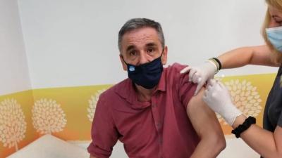 Ο Τσακαλώτος έκανε το εμβόλιο της AstraZeneca - Η... μπηχτή σε Μητσοτάκη για το ξεκούμπωτο πουκάμισο