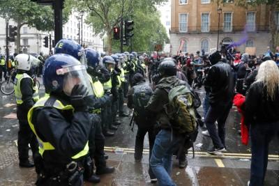 BBC: Δεκάδες τραυματίες στη διαδήλωση κατά των μέτρων για τον covid στο Λονδίνο