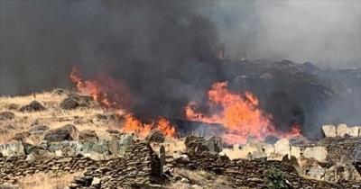 Μεγάλη φωτιά στην Άνδρο - Εκκενώθηκαν 2 χωριά, τραυματίστηκε πυροσβέστης