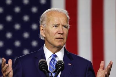 Ο Biden ξεχνάει συνεχώς τη μάσκα του... αλλά την υπενθυμίζει στους Αμερικανούς