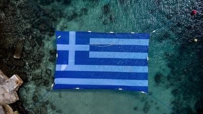 Πειραιάς: Η ελληνική σημαία στην επιφάνεια της θάλασσας για τα 200 χρόνια από την Ελληνική Επανάσταση