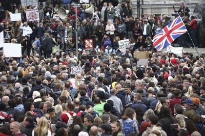 Παγκόσμιος αναβρασμός: «Φουντώνει» η λαϊκή αντίδραση με διαδηλώσεις κατά των lockdown