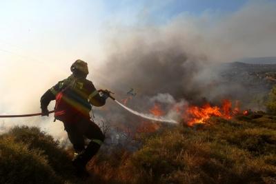 Συναγερμός τέλος – Οριοθετήθηκε η πυρκαγιά στους Αγίους Θεοδώρους κοντά στις εγκαταστάσεις της Motor Oil