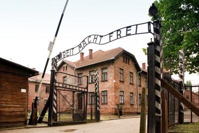 Αντί η κυβέρνηση να ασχολείται με το Μεταναστευτικό και Τουρκία κάνει δημόσιες σχέσεις στο Auschwitz για το Ισραήλ…