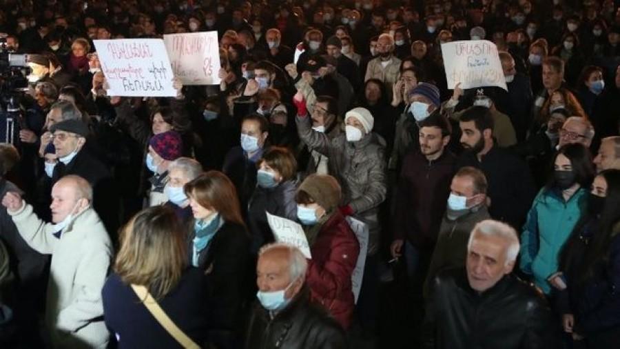 Αρμενία: Μεγάλη διαδήλωση κατά του πρωθυπουργού και της εκεχειρίας με το Αζερμπαϊτζάν για το Nagorno Karabakh