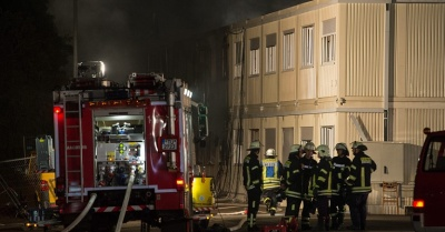 Reuters: Στις φλόγες κέντρο μεταναστών στη Βοσνία - Πηδούσαν από τα παράθυρα να σωθούν