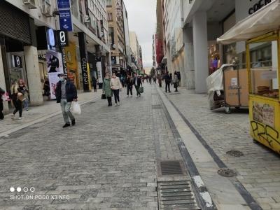 Μέτρια η κίνηση στην οδό Ερμού την πρώτη ημέρα επαναλειτουργίας του λιανεμπορίου