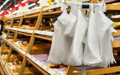 Μειώνονται οι πλαστικές σακούλες στην Ελλάδα, αλλά όχι η εξάρτηση από το πλαστικό