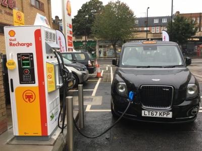 Shell: Επενδύει στη φόρτιση των ηλεκτρικών οχημάτων μέσω του δικτύου της