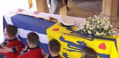 Σε κλίμα συγκίνησης η Βρετανία αποχαιρέτησε τον πρίγκιπα Φίλιππο - Η ελληνική σημαία στο φέρετρο