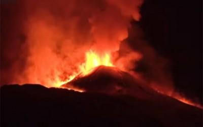 Αίτνα: Νέο σιντριβάνι λάβας φώτισε τον ουρανό της Σικελίας - Έντονη η ηφαιστειακή δραστηριότητα