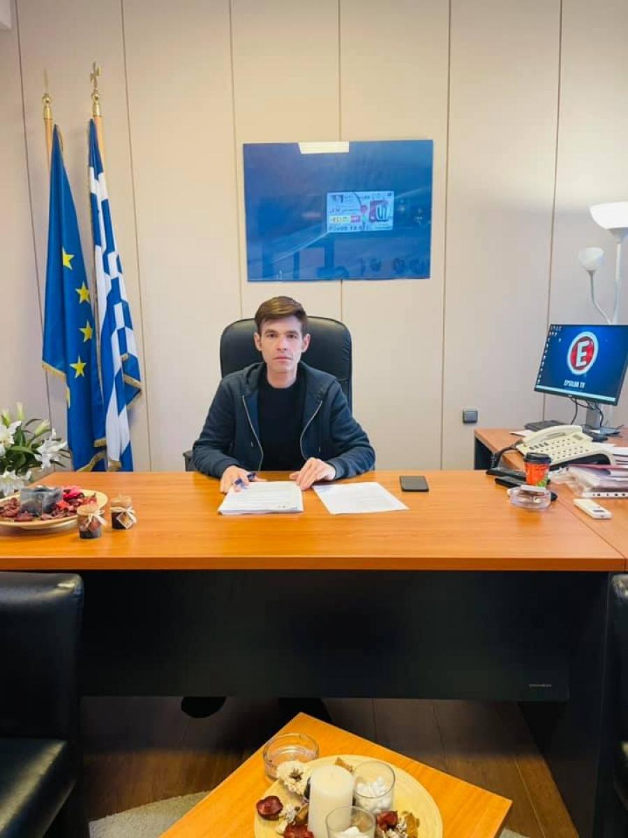 Στην πολιτική «κατεβαίνει» ο Μένιος Φουρθιώτης - Οι φωτογραφίες από το πολιτικό του γραφείο