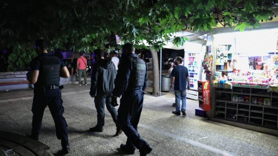 Αστυνομικοί έλεγχοι στην πλατεία Βαρνάβα για την αποφυγή «κορωνοπάρτι» το Σαββατοκύριακο