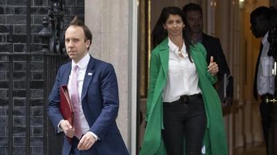 Σκάνδαλο στη Βρετανία: Ο υπουργός Υγείας πιάστηκε να απατά τη γυναίκα του - Οι φωτογραφίες που τον ξεσκέπασαν
