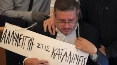 Εικόνα ντροπής: Κουκουλοφόροι πέρασαν ταμπέλα στον λαιμό του πρύτανη της ΑΣΟΕΕ