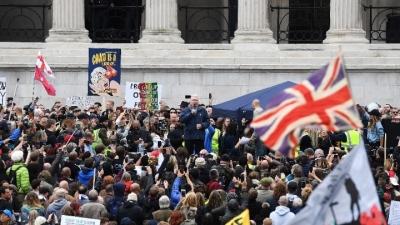 Χιλιάδες Βρετανοί διαδήλωσαν στο Λονδίνο κατά των μέτρων για την Covid-19