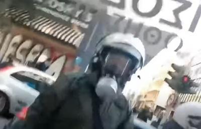 Εξάρχεια: Έρευνα για τον αστυνομικό που σπάει τζαμαρία και φωνάζει «είμαι τρελός»