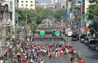 Ογκώδης διαδήλωση στη Μιανμάρ κατά του στρατιωτικού πραξικοπήματος