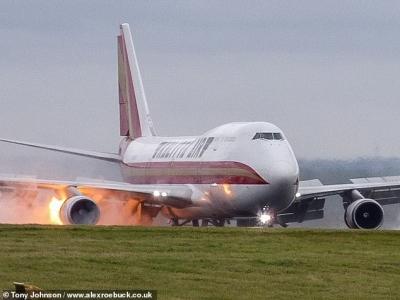 Βρετανία: Αεροσκάφος έπιασε φωτιά κατά την προσγείωσή του