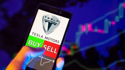 Άνοδος σε κέρδη και έσοδα για την Tesla, αλλά η μετοχή διολισθαίνει