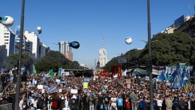 Στους δρόμους εκ νέου οι πολίτες της Αργεντινής – Βροντερό «όχι» στη λιτότητα