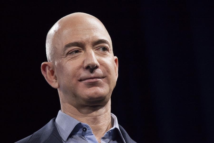 ΗΠΑ: Διαδήλωση εκατομμυριούχων έξω από το σπίτι του ιδιοκτήτη της Αmazon, Jeff Bezos