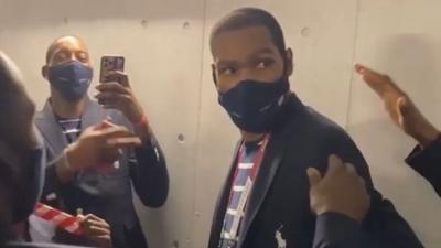 Ολυμπιακή αποστολή των ΗΠΑ: Τρόλαραν τον Durant τραγουδώντας για τα γενέθλιά του… δύο μήνες νωρίτερα! (video)