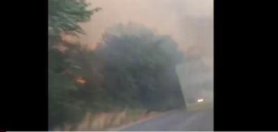 Αυτοκίνητο στο Καστράκι περνάει μέσα από την πύρινη λαίλαπα