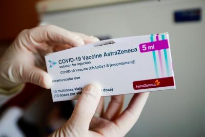 EE: Διεκδικεί πρόσβαση στις δόσεις των εμβολίων της AstraZeneca που παράγονται στη Βρετανία