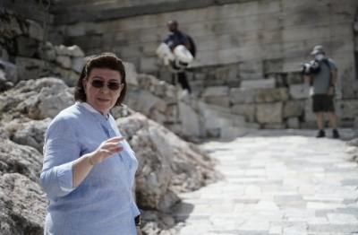 Αντιδράσεις για την πρόβλεψη να μπει επιγραφή με το όνομα της Λίνας Μενδώνη στην Ακρόπολη - Διαψεύδει το Υπουργείο