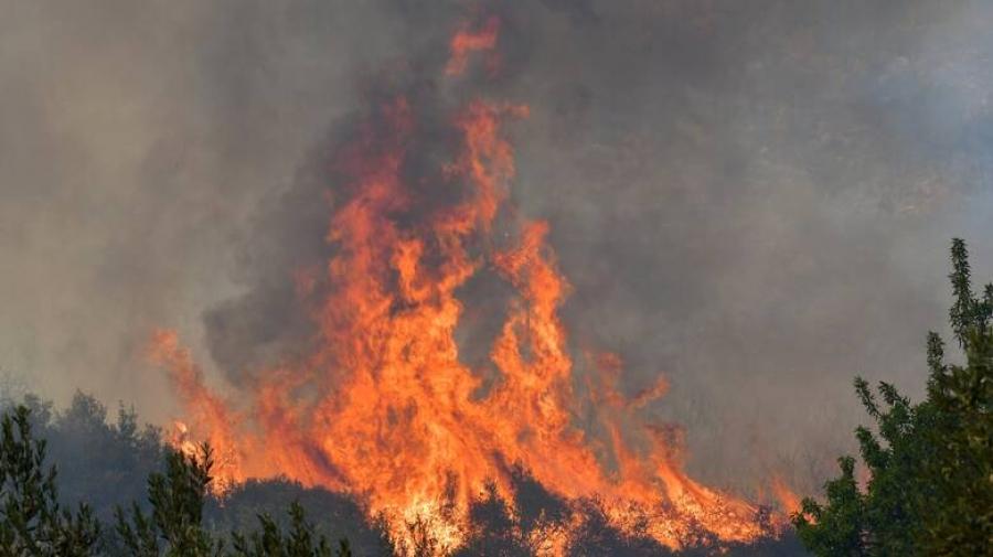 Mαίνεται η φωτιά στην Πάτρα, στις φλόγες παραδόθηκαν σπίτια - Σε ύφεση η φωτιά στην Ελεκίστρα