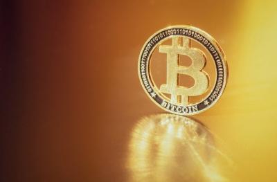 Χρυσός σταυρός διαφαίνεται στον ορίζοντα για το Bitcoin, αλλά θεσμικοί και «φάλαινες» κοιτάζουν το Solana