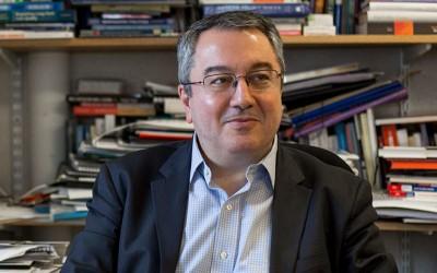 Μόσιαλος (Καθηγητής LSE): Απαραίτητη η έγκαιρη χορήγηση της δεύτερης δόσης για την ανοσοπροστασία