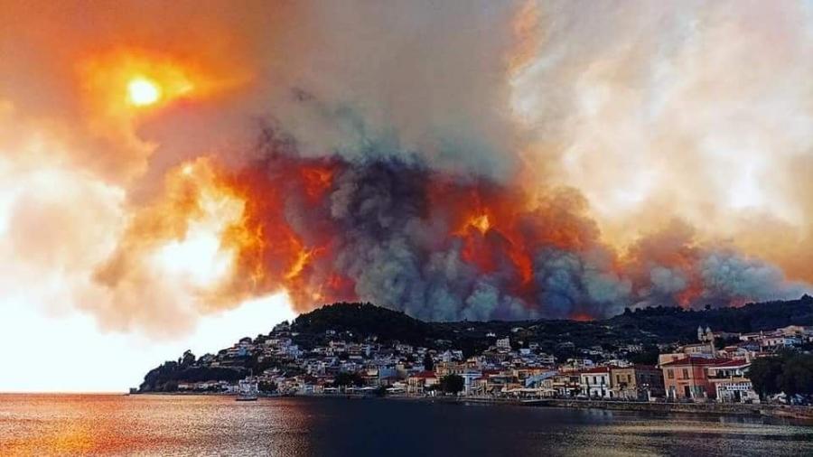 Ανεξέλεγκτη η φωτιά στην Εύβοια - Καίγονται σπίτια - Η φωτιά στις Ροβιές σταμάτησε στη θάλασσα - Απεγκλωβισμός πολιτών