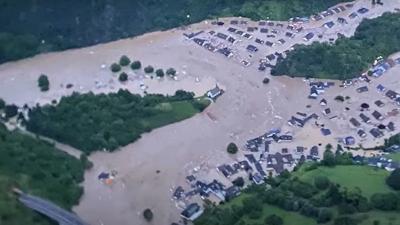 Γερμανίδα δημοσιογράφος πασαλείβεται με λάσπες για να δείξει ότι βοήθησε πλημμυροπαθείς