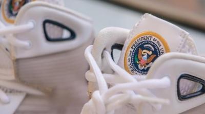 Στο «σφυρί» αθλητικά παπούτσια του Barack Obama για πάνω από 25.000 δολάρια