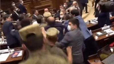 Το απόλυτο χάος στη Βουλή της Αρμενίας: Άγριο ξύλο μεταξύ πολιτικών, τους έβγαλαν σηκωτούς